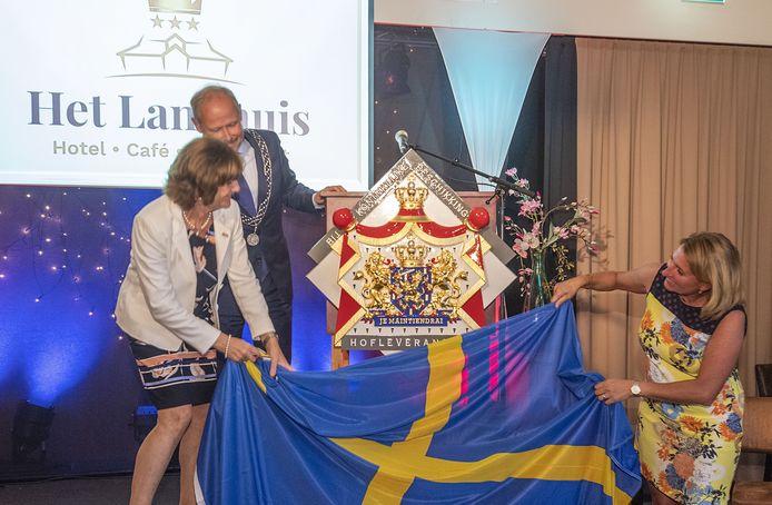 De familie Oolderink, eigenaar van hotel Het Landhuis, onthult met steun van burgemeester Patrick Welman het wapenschild tijdens de receptie ter gelegenheid van het 125-jarig bestaan van het Oldenzaalse hotel.