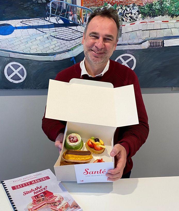 Kuurns burgemeester Francis Benoit (CD&V) trakteerde donderdagnamiddag op gebakjes, tijdens het overleg in het stadhuis in Kortrijk
