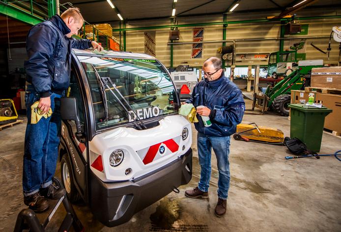 Autowassen zonder water bij Van Blitterswijk eco-mobilitei in Moordrecht door Promen. Foto: Frank de Roo