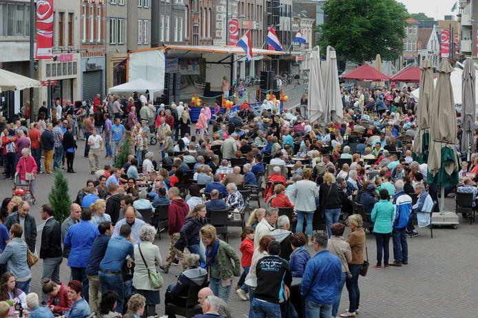 Drukte op de Markt van Roosendaal tijdens het Smartlappenfestival 2014.