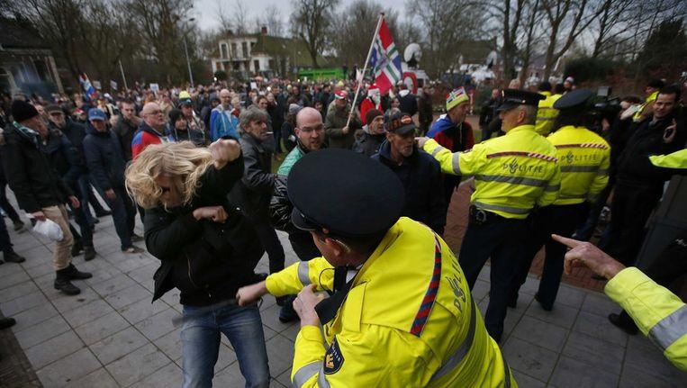 Agenten raakten vanmiddag slaags met demonstranten voor het gemeentehuis in Loppersum. Beeld epa