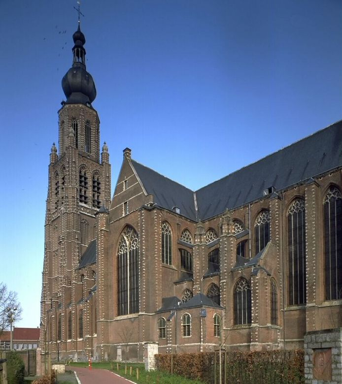 De straatroof vond plaats achter de Sint-Katharinakerk in Hoogstraten.