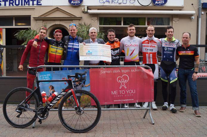 De mannen van de Melkerie overhandigen een cheque van tweeduizend euro aan Philippe Vindevogel van de Stichting Me To You, een Tieltse vzw die fondsen werft voor de strijd tegen leukemie.