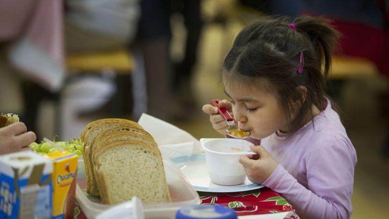 Een meisje luncht op haar school in Amsterdam. Beeld ANP
