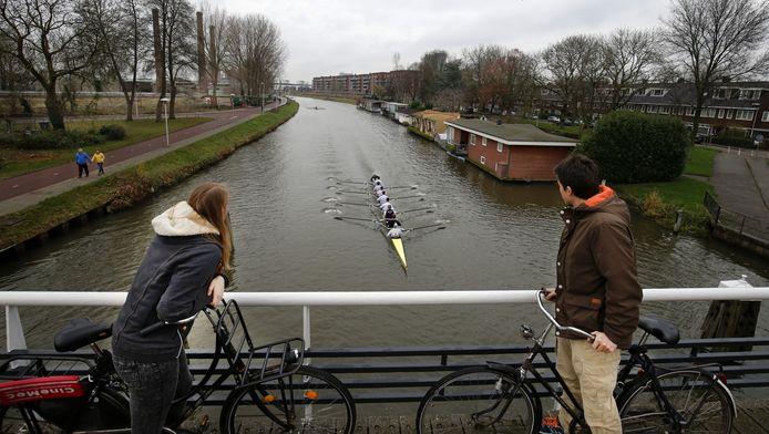 Een 'acht' gaat in volle vaart over het Merwedekanaal richting de Balijebrug.