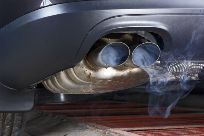 De uitlaat van een auto met verbrandingsmotor.