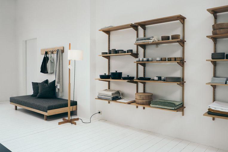 In de ruimte waar Marina haar Vendredi-lunches organiseert, verkoopt ze ook accessoires. Het daybed en de kapstok (waarin je ook brieven kunt opbergen) zijn eigen ontwerpen. De staande lamp TMM is van Santa & Cole. Beeld null