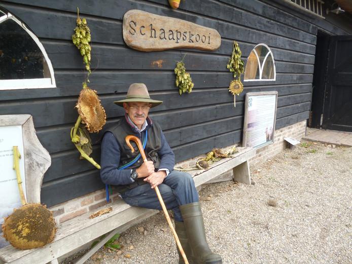 Een moment van rust tussen de hopranken voor Kees Cornelissen, vrijwilliger bij de schaapskooi.