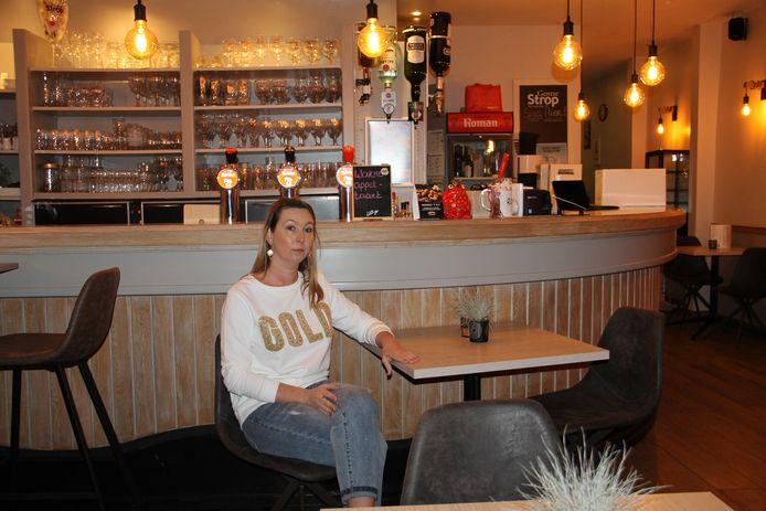 Gwen Verstraete in café Comodo op de Grote Markt in Izegem. Ze zoekt nog een overnemer.