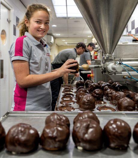 11-jarige stagiaire Lizz snuffelt aan Bossche Bollen van De Groot