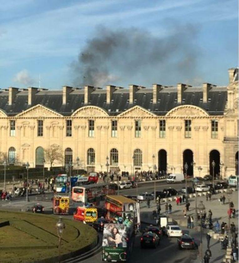 Zwarte rook boven het Louvre. Beeld RV