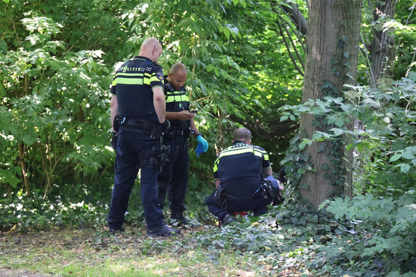 De politie ontfermt zich over de zwaar beschonken man.