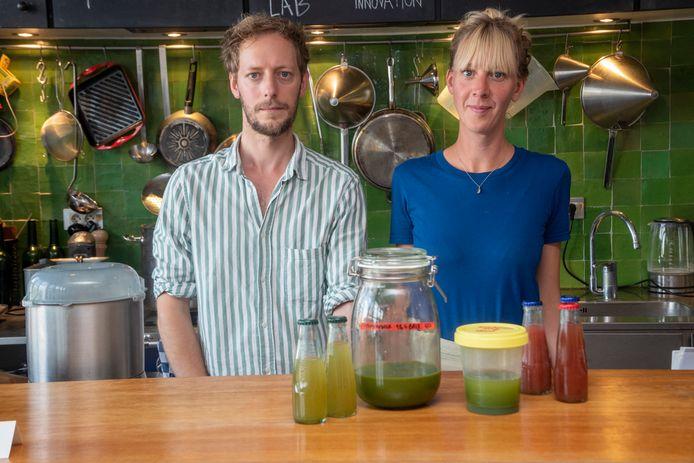 Michaël en Rosemarie experimenteren met komkommerextracten in drankjes.