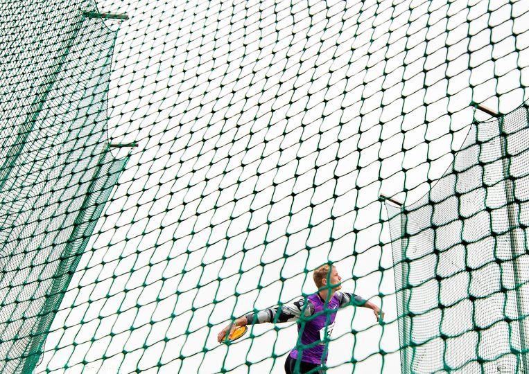 Meerkamper Rik Taam gooit 44,02 meter met het discuswerpen. Beeld Klaas Jan van der Weij / de Volkskrant