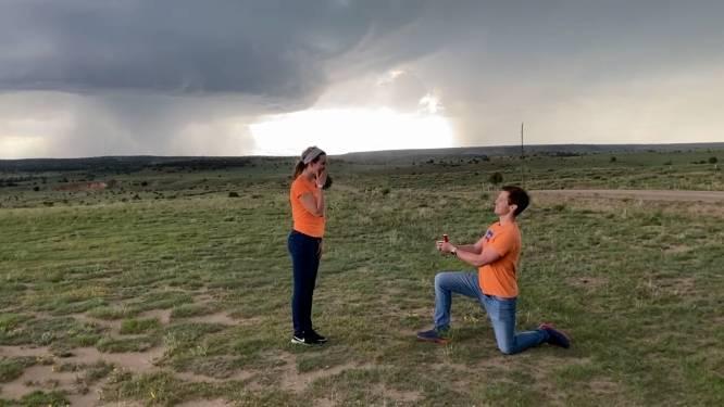 Man vraagt vriendin ten huwelijk tijdens tornado