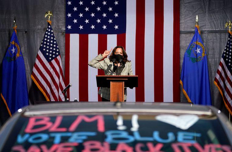 Democratisch vicepresidentskandidate Kamala Harris spreekt op een drive-in campagne evenement in Las Vegas. Beeld AP