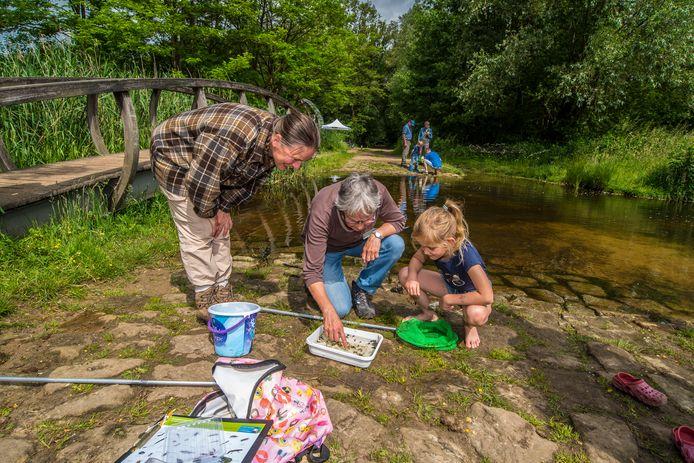 Kinderen gingen zaterdag op pad met natuurgidsen van het IVN.