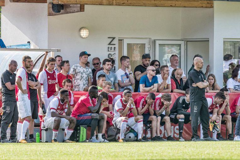 Ajaxspelers kijken toe als teamgenoot Abdelhak Nouri op de grond ligt. Beeld anp