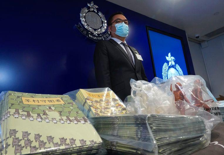 Li Kwai-wah, van de Police National Security Department, poseert met het bewijs tegen de vijf verdachten. Beeld AP