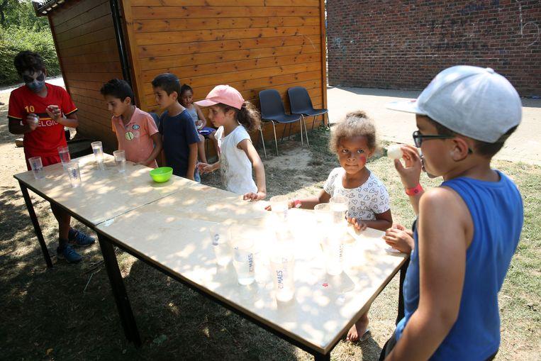 Kinderen spelen spelletjes op het speelplein Joepie. Deze zomer mogen tieners ook tot dertien jaar mee spelen.
