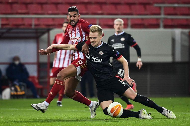 Timo Baumgartl van PSV duelleert met Ahmed Hassan tijdens de Uefa League-wedstrijd in Griekenland. Beeld AFP
