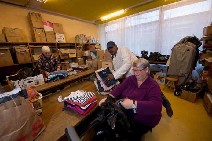 Stichting Derdehands verzamelt spullen die in Nederland overbodig zijn, en stuurt die naar landen met grote armoede. Op 1 april moet de stichting de locatie aan de Imkersplaats verlaten.
