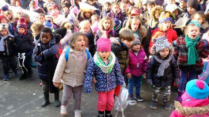 """VIDEO: leerlingen De Reuzenpoort stampen boos met voeten op de grond : """"Anna-Maria moet in België blijven"""""""