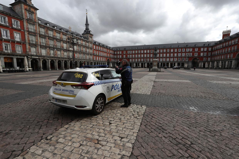 Behalve een politieagent is op de Plaza Mayor geen levende ziel te bespeuren.