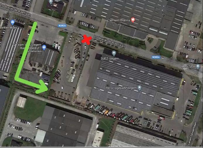 Op een plannetje is duidelijk te zien waar de nieuwe inrijstrook ligt. Wagens moeten de groene lijn volgen en komen zo in het recyclagepark terecht. De oude ingang met het rode kruis dient enkel nog als uitgang.