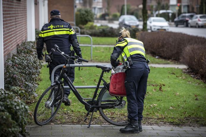 De politie is opnieuw aan het zoeken naar spullen van Wim V., die verdacht wordt van de moord op Chantal de Vries.