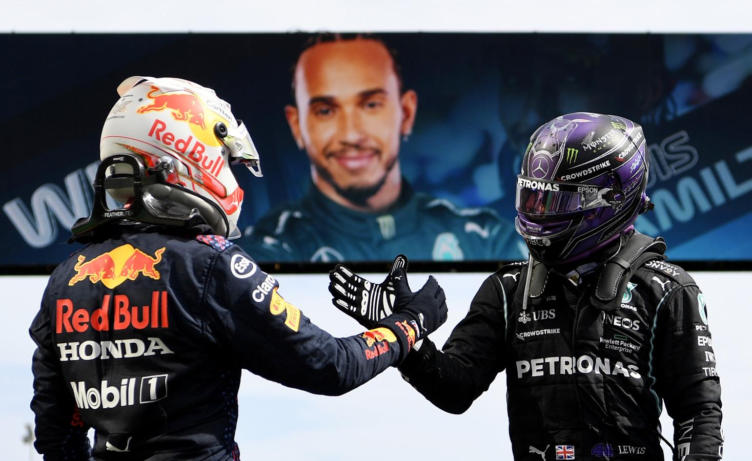 Max Verstappen feliciteert Lewis Hamilton met de overwinning.