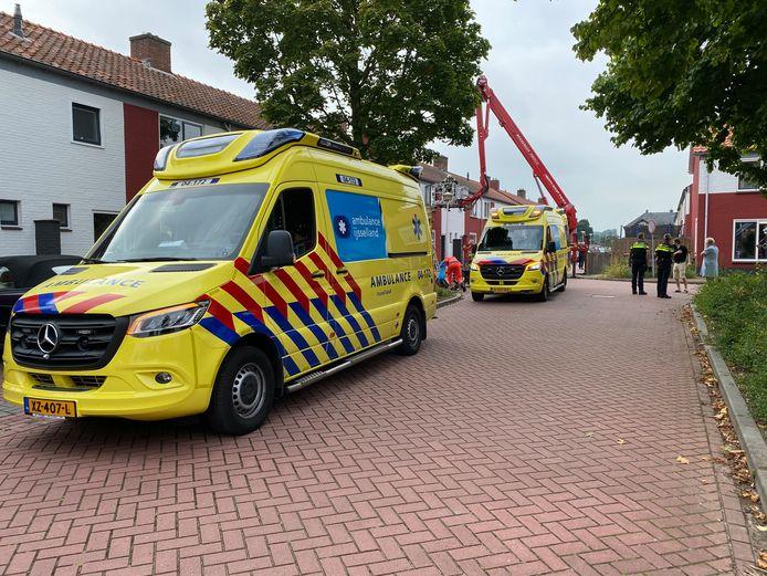 Twee ambulances en een hoogwerker verleenden assistentie.