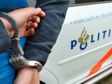 Geen klopjacht op geboeide verdachte die vluchtte in politieauto: 'Hij zal binnenkort wel binnenkomen'