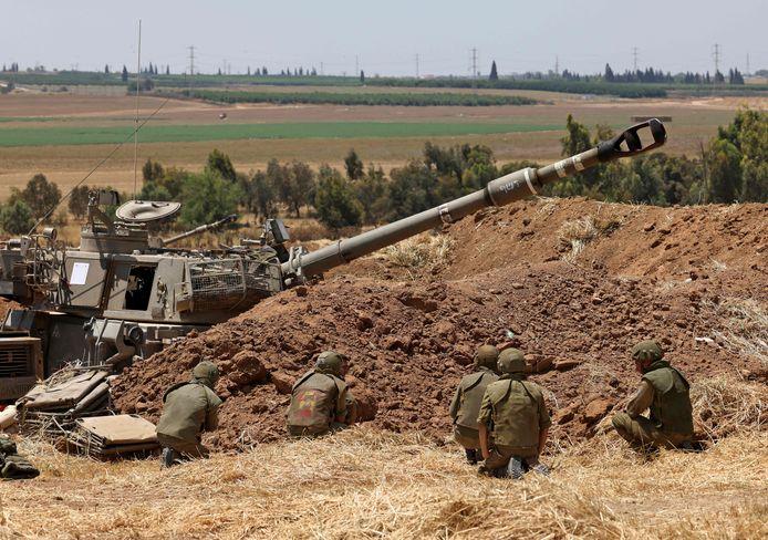 Israëlische soldaten nemen positie in nabij Sderot aan de grens met Gaza.