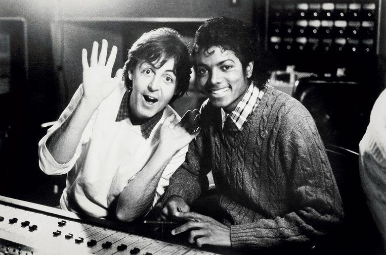 Paul McCartney & Michael Jackson  in 1983 bij de opname van 'The Girl Is Mine'. Beeld free