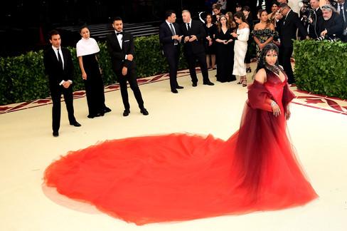 Foto van Celebrities tooien zich in religieuze outfits op Met Gala