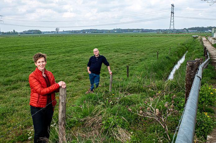 Lidian en Wilbert Janssen. Rechts op de foto, aan de rand van hun erf, willen ze twee kleine windmolens bouwen.