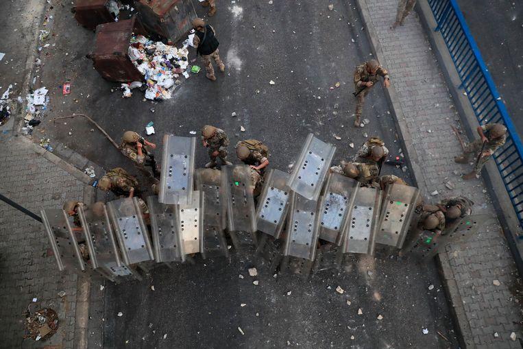 Libanese soldaten vuren rubber kogels af op aanhangers van Saad Hariri, die woedend de straat zijn opgegaan nadat het Hariri niet is gelukt om een regering te vormen.  Beeld AP