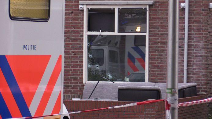 Kogelgaten in de woning aan de Benkoelenstraat na de beschieting in september vorig jaar.