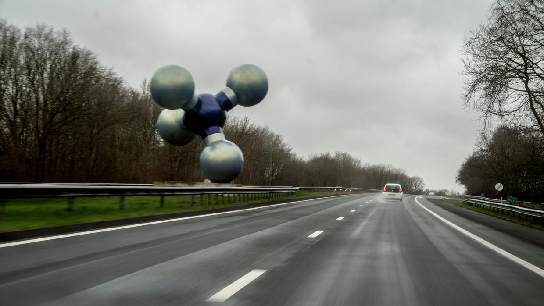De Gasmolecule van beeldhouwer Marc Ruygrok aan de A7 bij Kolham. Het werk staat vlakbij de vindplaats van het Groningenveld bij Slochteren.