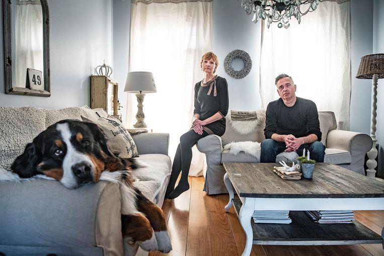 Jacqueline van der Ploeg en haar vriend Leo Onderwater. Hun vader en schoonvader Dick van der Ploeg overleed afgelopen weekend van de ene dag op de andere. Hij bleek het coronavirus te hebben.  Beeld Guus Dubbelman /  de Volkskrant
