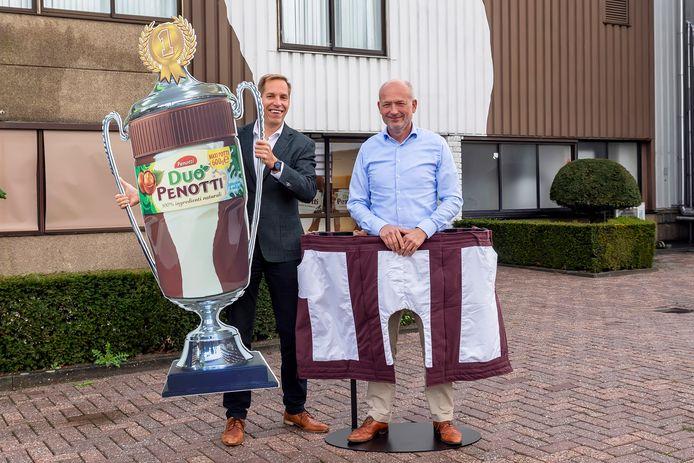 Algemeen directeur/ceo Wim Nuboer (rechts) en Casper Struijk (senior business/management controller) bij de entree van de fabriekshal.