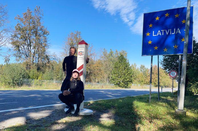 Steven Borghouts en Sander Schimmelpenninck fietsen van Amsterdam naar Lapland. Dinsdag trapten ze door Letland en ontmoetten daar de Nederlandse ambassadeur.