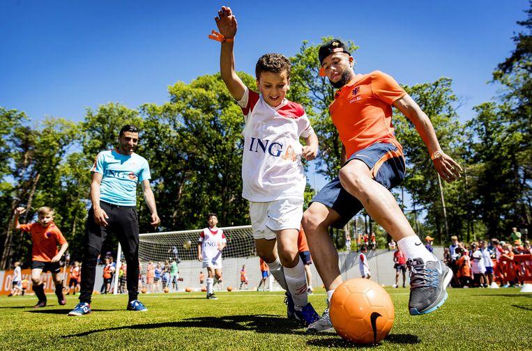 Tonny Vilhena van het Nederlands elftal tijdens de Oranje Fandag. De Oranje Fandag is een gezamenlijk initiatief van de KNVB en zijn hoofdsponsor ING, om jeugdvoetballers en fans dichtbij Oranje te brengen.  Beeld ANP