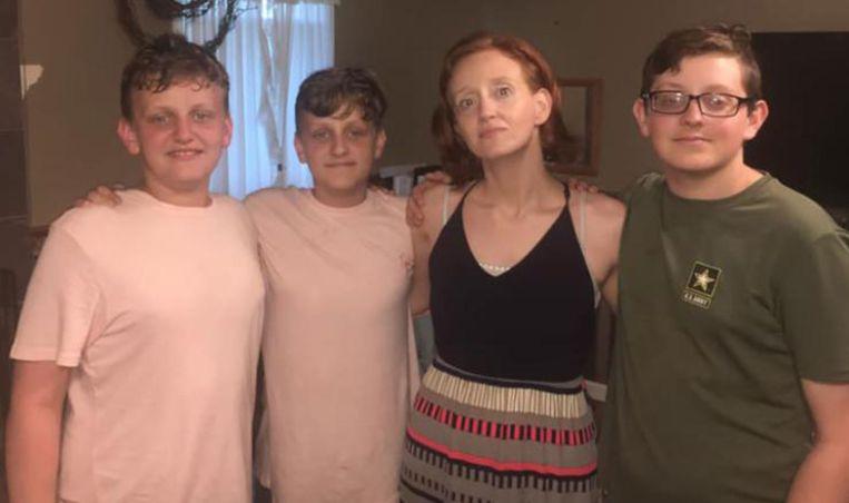 Landon Durham (R) met zijn tweelingbroers en zijn moeder.