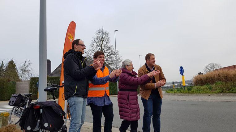 Enkele leden van CD&V geven applaus naar aanleiding van de Nationale Applausdag voor fietsers