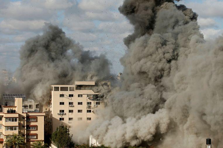 Rook trekt op nadat een gebouw in Gaza-Stad onder vuur is genomen door het Israëlische leger. Beeld Reuters