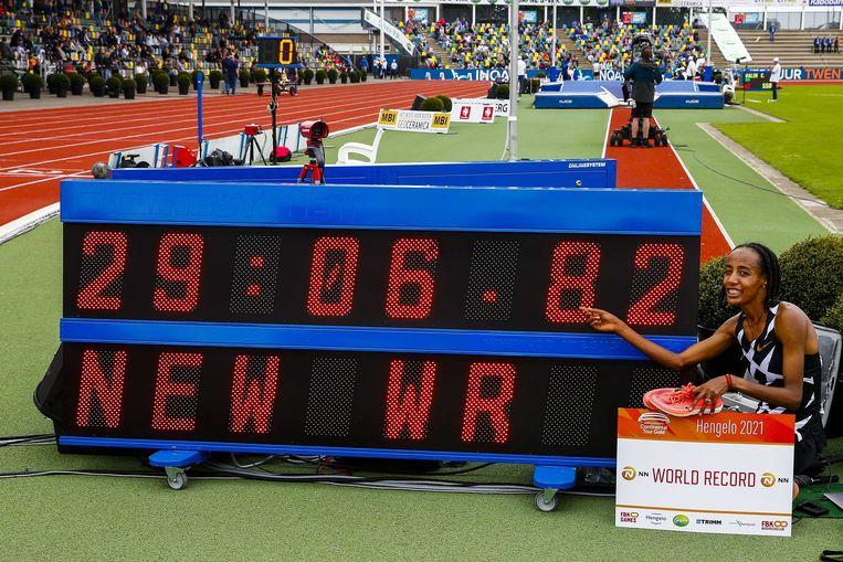 Sifan Hassan na het winnen van de 10.000 meter tijdens de FBK Games.  Beeld ANP