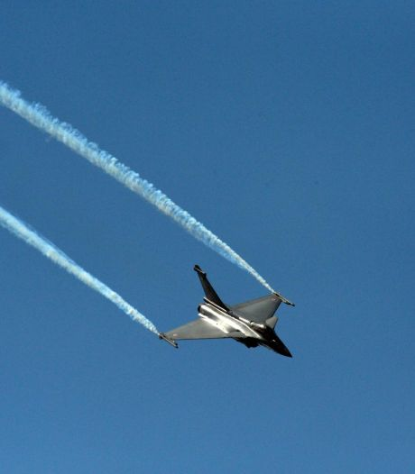 Piloot bij ontgroening aan doelwit vastgebonden terwijl vliegtuigen rond hem vuur openen