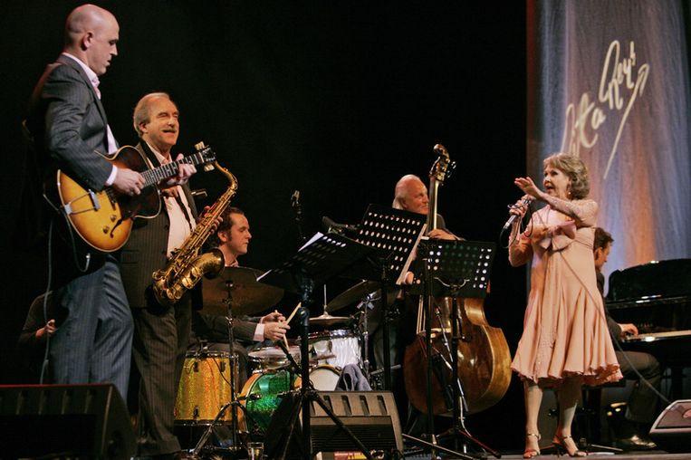 Ferdinand Povel (tweede van links) tijdens een concert van Rita Reys. © anp Beeld